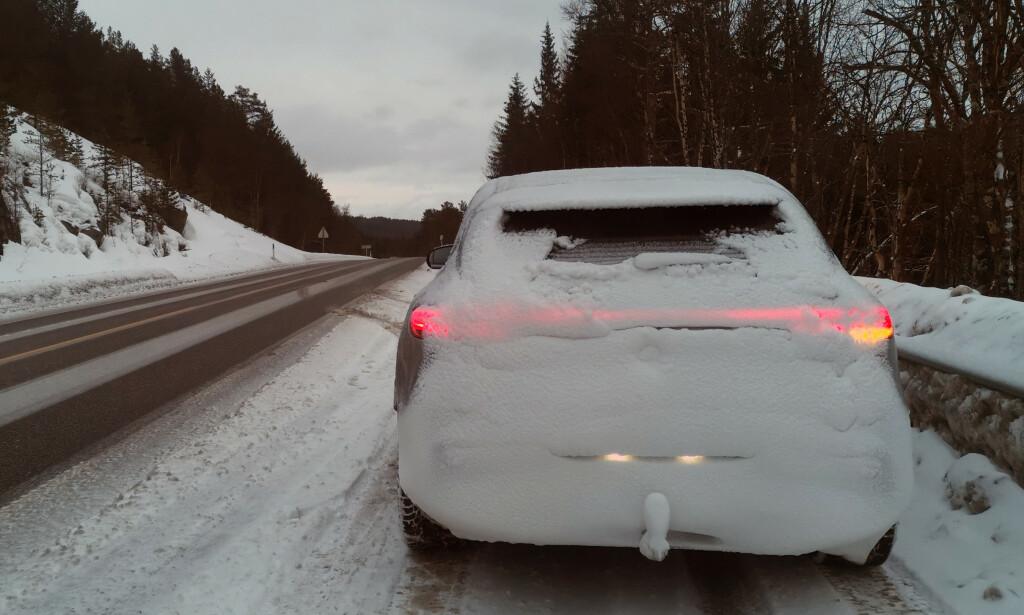 NYBILPROBLEM: Det er to grunner til at baklysa på nye biler lettere snør igjen enn på gamle, ifølge Naf. Les saken for å få vite hvorfor. Foto: Naf.