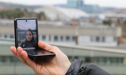 Galaxy Z Flip i Flex Mode. Foto: Martin Kynningsrud Størbu