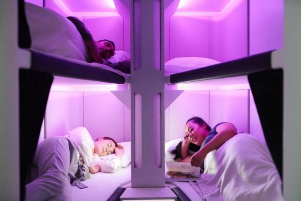 SKYNEST: Slik vil det se ut: Bokser med seks køyeplasser og muligheter for å trekke for gardinen og strekke seg ut. Konseptet er tenkt å kunne tilbys på langdistanseflyvninger i løpet av 2021. Det vil bli slik at du leier sengen for noen timer og betaler for den tiden du vil bruke den. Du må ha vanlig billett med vanlig sitteplass i tillegg. Foto: Air New Zealand