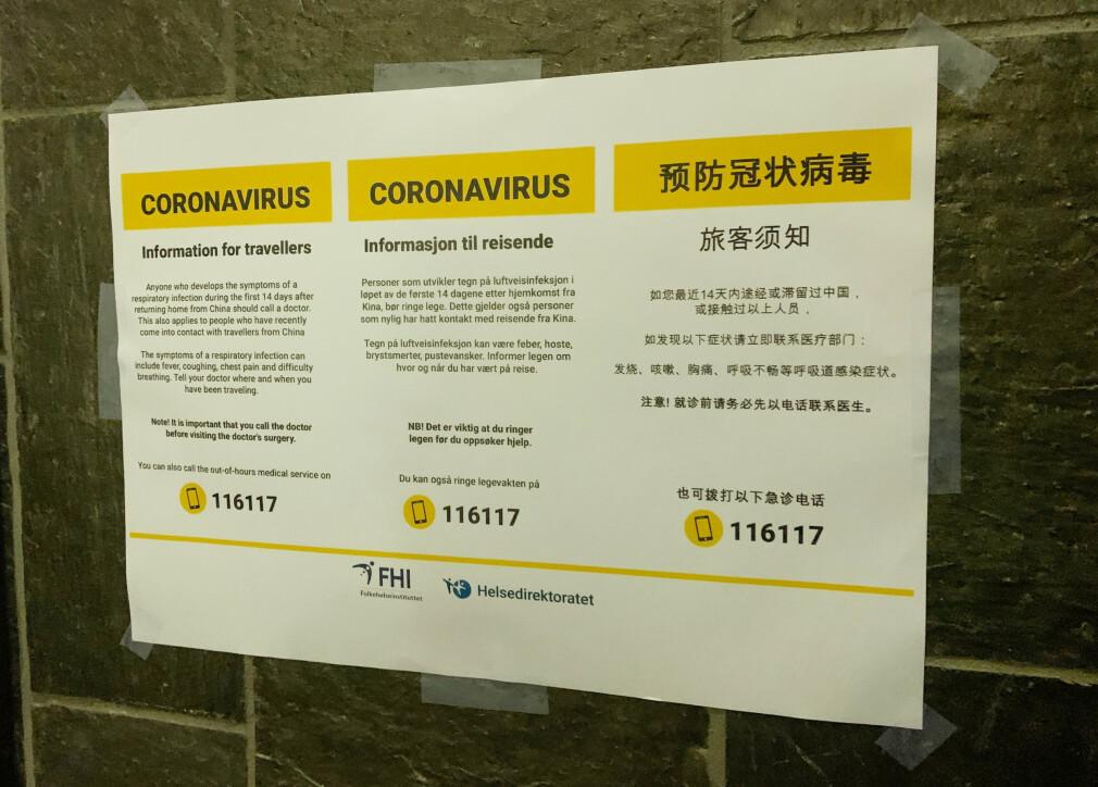 CORONAVIRUS: Følgende informasjon henger på togstasjoner rundtom i Norge. Foto: Berit B. Njarga