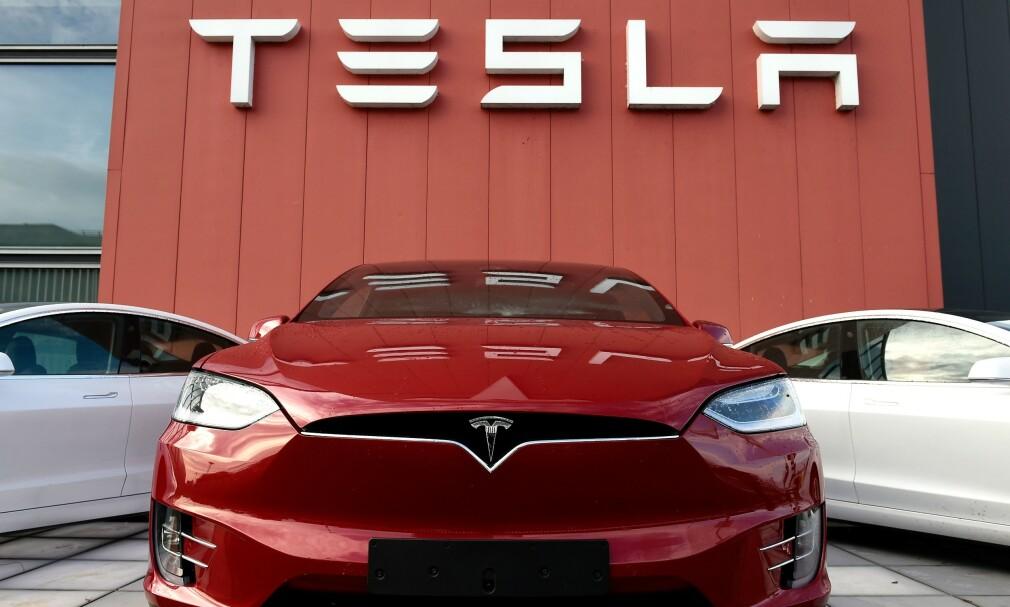 LIGNER BUTIKK: Mandag gikk Tesla ut med at bil nummer én million ble ferdigstilt. Samtidig passerte de norske registreringene 50.000 elbiler fra Tesla. Foto: John THYS / AFP
