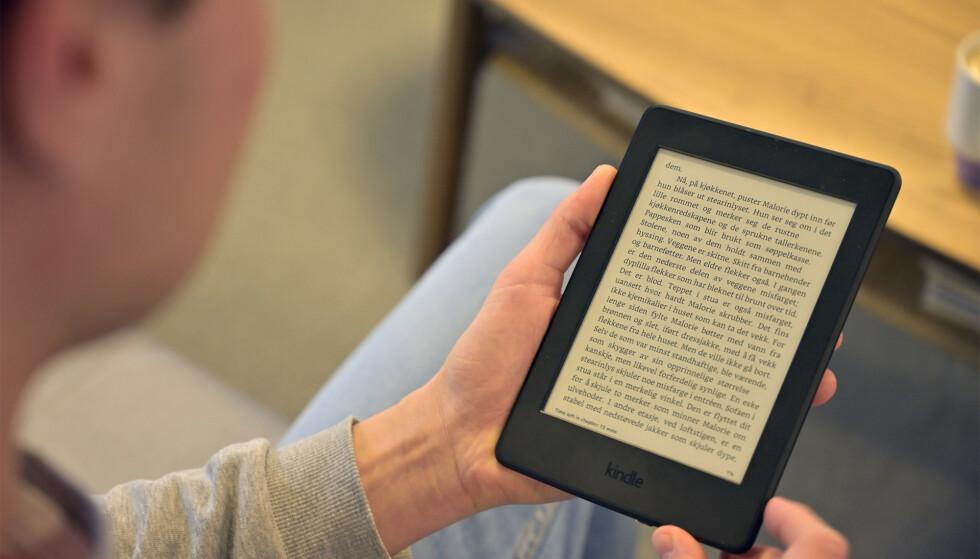Kindle Paperwhite ligger godt i hånden, men vi savner fysiske sidetaster. Foto: Martin Kynningsrud Størbu