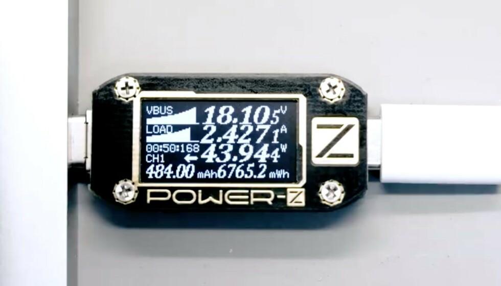 GÅR RASKT: Her måles ladeeffekten med et USB-multimeter koblet til ladeplaten, der ladeeffekten i det avbildede øyeblikket er 43,94 watt. Foto: Xiaomi/Weibo