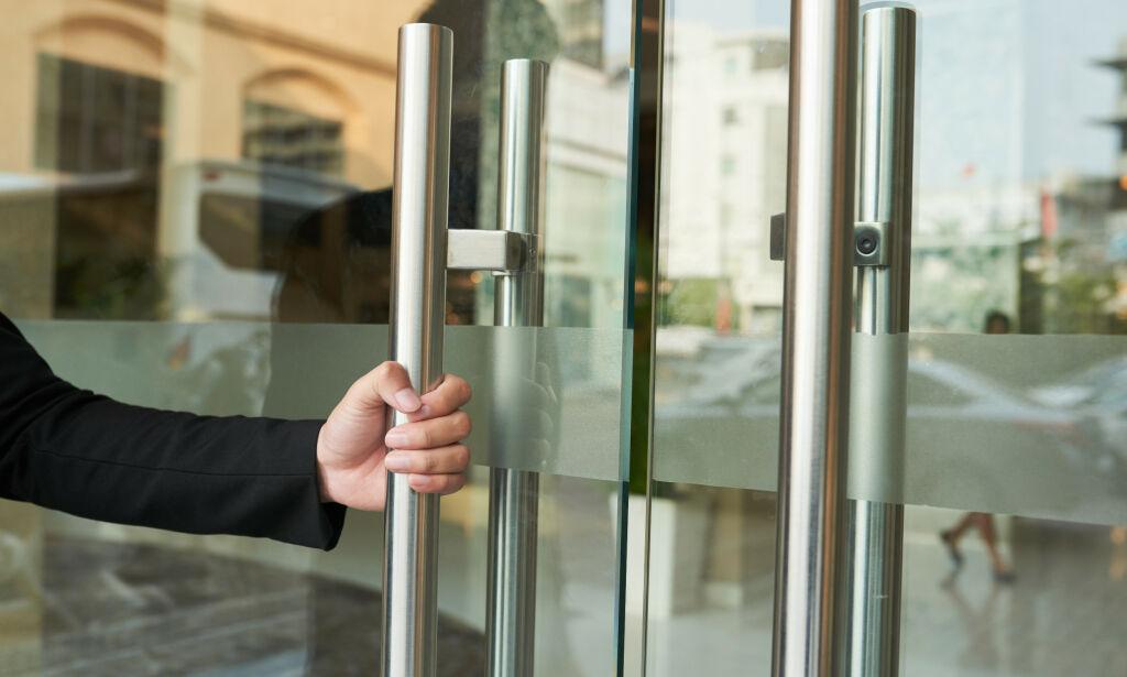 image: - Viruset kan overleve på dørhåndtak