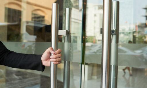 image: - Kan overleve på dørhåndtak