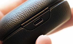 ENDELIG: Først i 3. generasjon har Beoplay E8 fått USB-C-lading. Foto: Pål Joakim Pollen