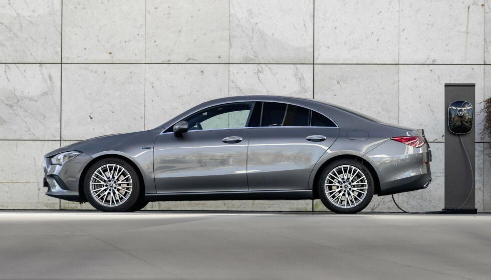 GLA COUPÉ: Man har mange valg blant Mercedes' minste modeller. Om denne er penere enn A 350 e Sedan blir opp til deg å bedømme. Uansett er ikke dette den mest flatterende vinkelen på bilen, for det er først og fremst den flotte hekken som er kjøpsargumentet. Foto: Mercedes-Benz.