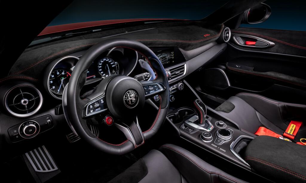 DETALJER: Giulia har vært beskylt for å være litt kjedelige inni. Det er absolutt ikke tilfelle i spesialmodellen. Legg merke til alcantarainnleggene oppå dashbordet, dørtrekkene, på ratt, seter og armlene. Seler og de egentlig litt latterlige stroppene for å åpne dørhåndtakene, er kule elementer som piffer opp. Foto: Alfa Romeo.