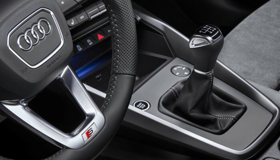 NULL MMI: Man har fjernet betheningen til skjermen fra midtkonsollen. Nå skjer alt i skjermen. Er det noe bra, da? Den fantastiske multifunksjonsknappen for volum, demp og kanalfunkjson har byttet plass foran girspaken og er tydeligvis ment for passasjer fra nå av. Foto: Audi.