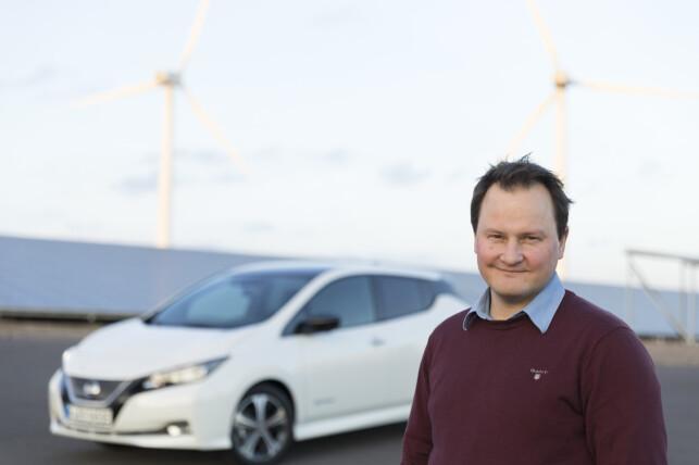 PRISKUTT: Leaf er nå den billigste av bestselgerne på markedet, konstaterer kommunikasjonssjef Knut Arne Marcussen. Både Nissan og VW har kuttet prisene på sine elbiler for å møte konkurransen fra nye modeller. Foto: Nissan