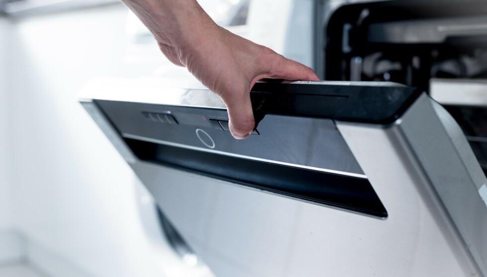 ADVARER: Bruk av oppvaskmaskin, vaskemaskin eller tørketrommel på natta kan være livsfarlig, ifølge forsikringsselskap. Likevel er det 39 prosent som bruker oppvaskmaskin, vaskemaskin, tørketrommel eller tilsvarende, når de sover eller når de ikke er hjemme. Foto: Shutterstock/NTB scanpix