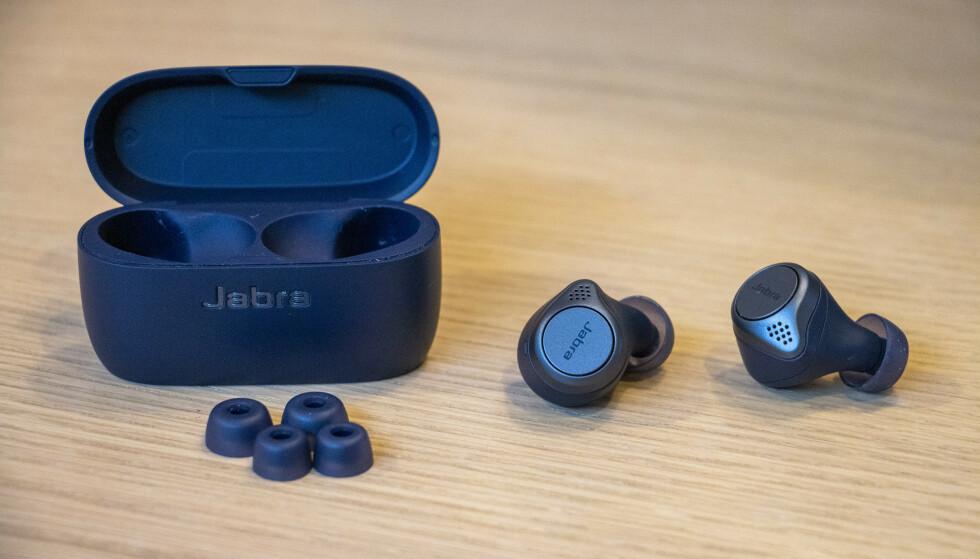TRE PAR: Med i esken får du tre par med EarGels i ulike størrelser. De sørger for svært god passiv støyreduksjon. Foto: Pål Joakim Pollen