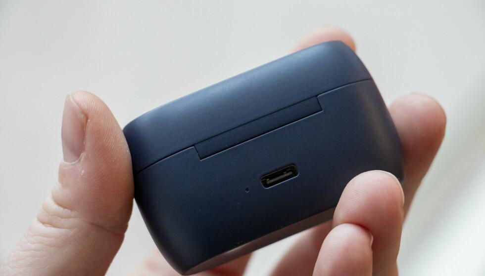 USB-C: Etuiet til Active 75t lades med USB-C. Ved siden av porten er en liten LED-pære som lyser når du åpner lokket og indikerer med rødt, grønt eller gult hvor mye batteri som er igjen. Foto: Pål Joakim Pollen