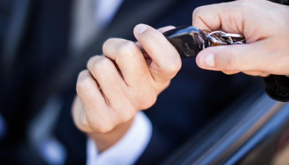BLE LURT: Bilselgeren trodd han skulle gjøre en kjempedeal og få mye mer penger for bruktbilen sin enn han ba om i annonsen på Finn.no, men det viste seg at han ble lurt. Han ga 60.000 kroner i «vekslepenger» og skulle selge bilen for 500.000 - men «kjøperne» stakk før handelen ble gjort, og tok med seg de 60.000 kronene som selgeren hadde med i kontanter. Foto: Shutterstock/NTB scanpix