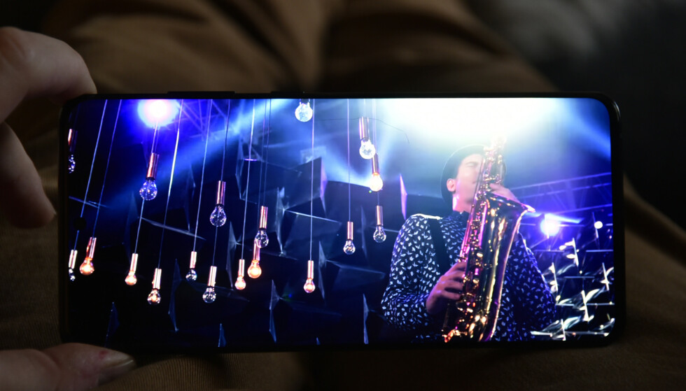 HDR: Med riktig kildemateriale, som YouTube-videoer med HDR-støtte, gnistrer det nesten av skjermen fra lyskildene, samtidig som det mørke holdes helt sort. Foto: Pål Joakim Pollen
