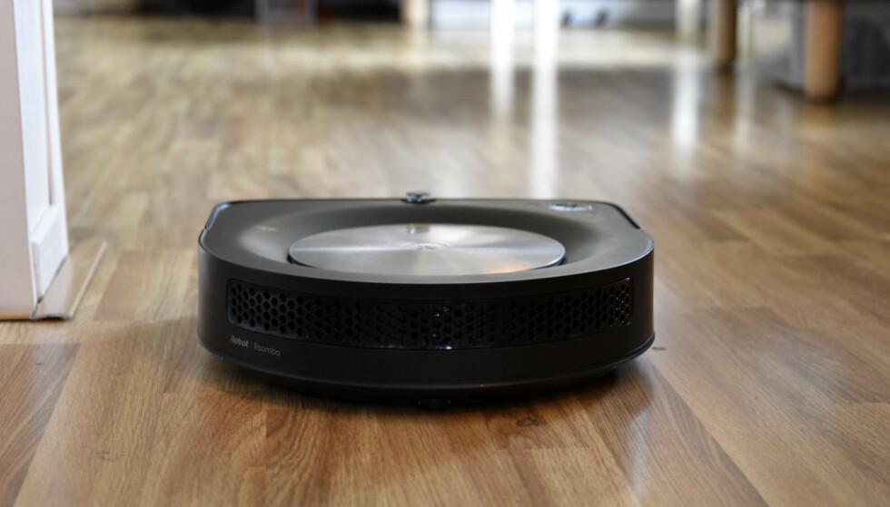 DYR OG GOD: iRobot Roomba S9+ koster 15.000 kroner med basestasjon, men gjør også en formidabel jobb hva rengjøring angår. Foto: Pål Joakim Pollen