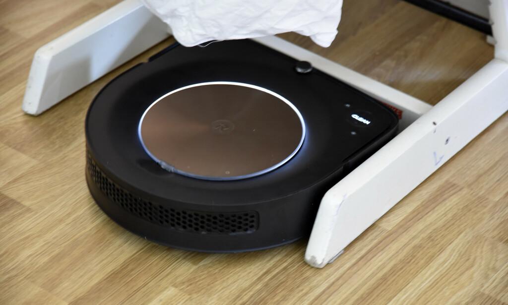 Roomba S9+ beveger seg svært smidig rundt bordben og lignende, men klarer ikke de vanskeligste tersklene. Foto: Pål Joakim Pollen