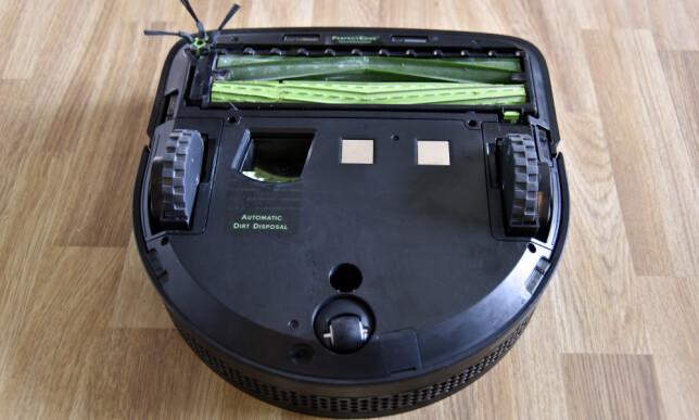 UNDER: Slik ser undersiden ut på Roomba S9+. Legg merke til hullet til venstre for midten som er der basen suger ut innholdet fra støvbeholderen. Foto: Pål Joakim Pollen