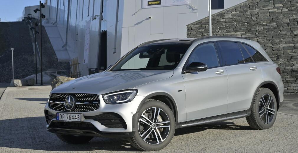 FORSIKTIG FORANDRING: GLC har fått den nye Mercedes-looken, men det mest spennende finner man under bagasjeromsgulvet, nemlig et kraftigere batteri som gir lenger elektrisk rekkevidde og dermed lavere pris på bilen. Foto: Rune M. Nesheim