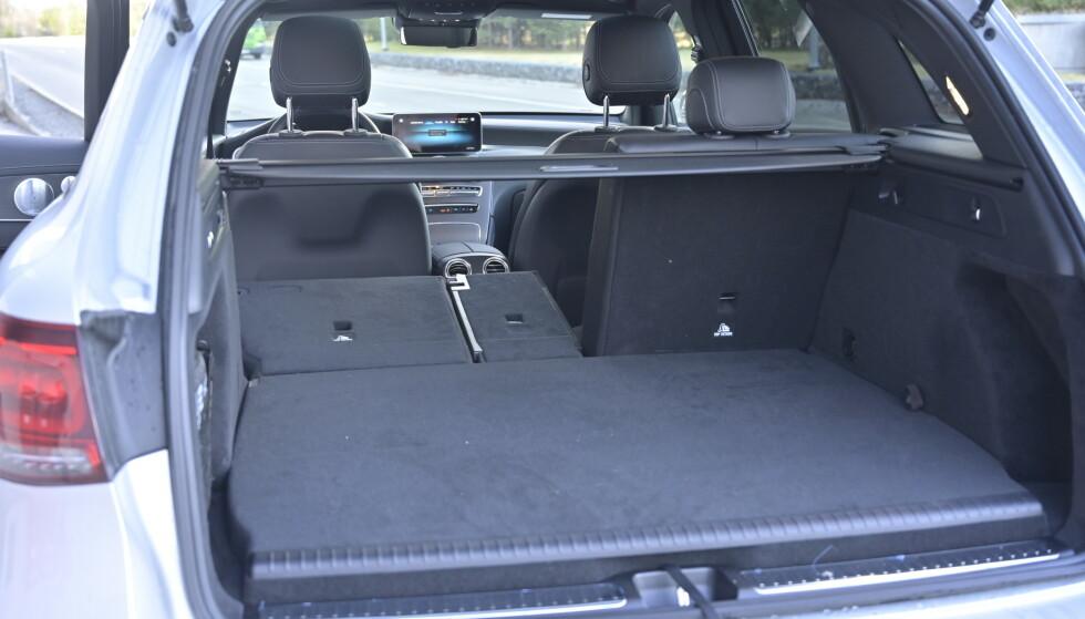HØYT: Det er ikke kjempevanskelig å se hvor man har plassert batteriene i bilen .Her har man alltid med seg noen hundre kilo bagasje under gulvet. Foto: Rune M. Nesheim