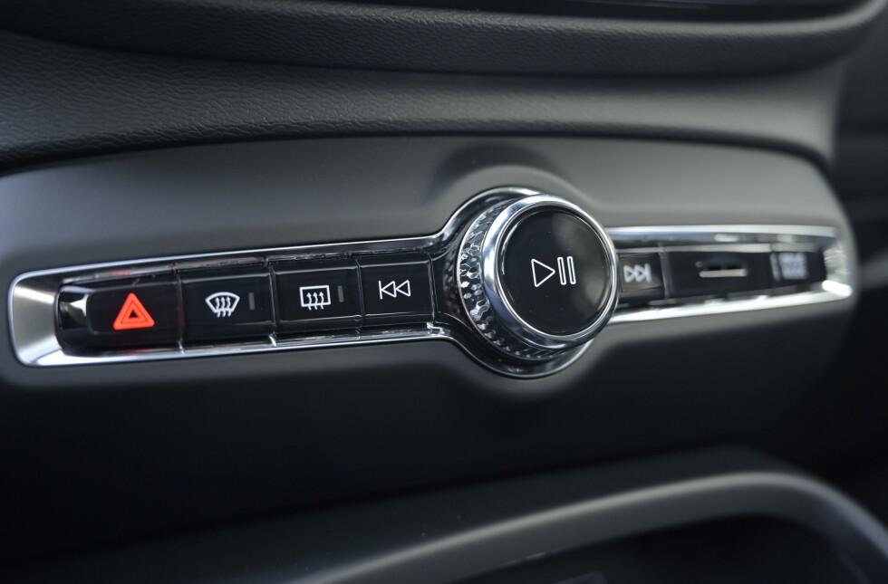 NESTEN SOM RESTEN: Det meste av innvendig design kjennes igjen fra resten av Volvoene, men kjøreprogram er plassert på bryter ytterst til høyre mens startknappen er plassert opp på dashen ved rattet. Foto: Rune M. Nesheim