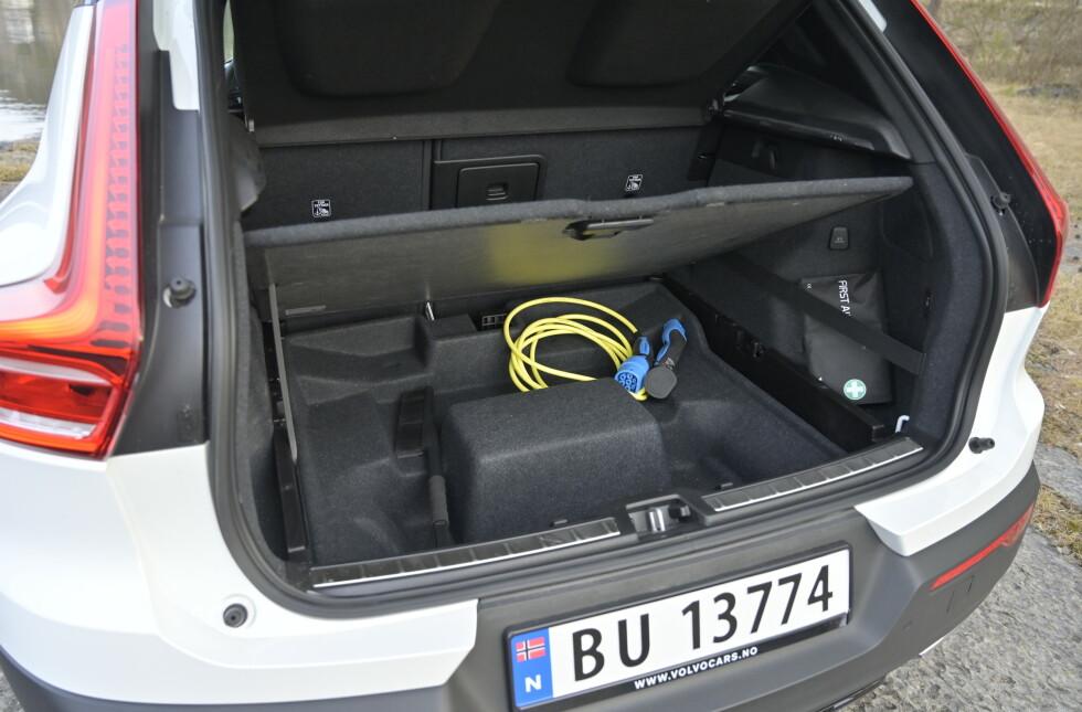 EKSTRA PLASS: Siden batteriet er plassert midt i bilen, har man fortsatt fullverdig bagasjerom. Foto: Rune M. Nesheim
