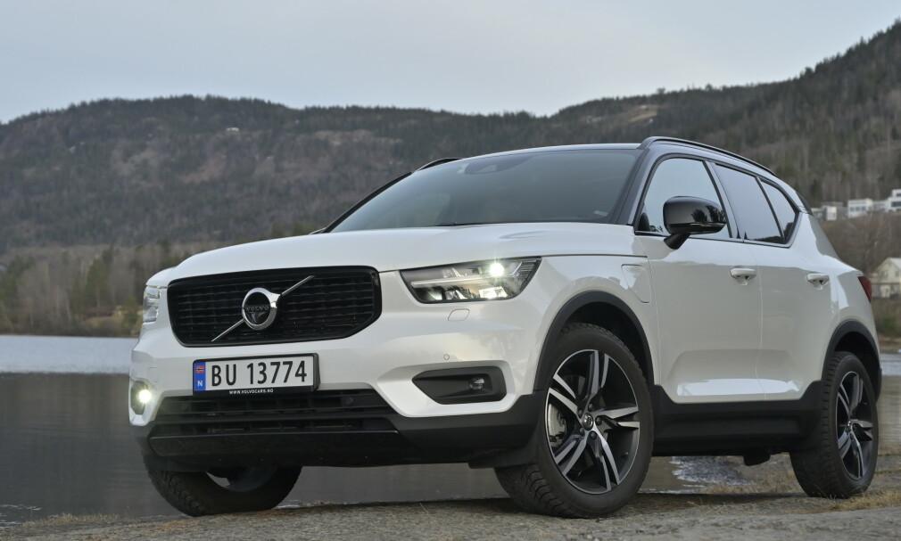 NOE FOR SEG SELV: XC40 skilller seg markant fra øvrig Volvo-design og har nesten mer til felles med søskenbarnet Polestar 2 designmessig. Hybridlinjen er helt egen og tilbys bare med forhjulstrekk. Foto. Rune M. Nesheim