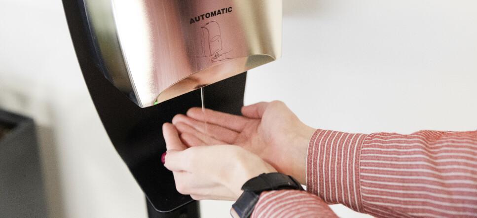 HOLDER IKKE: Folk lager hjemmelaget håndsprit med vodka, men nå advarer vodkaprodusent: Håndsprit inneholde minst 60 prosent alkohol - og vodkaen er på 40 prosen. Foto: Shutterstock/NTB scanpix