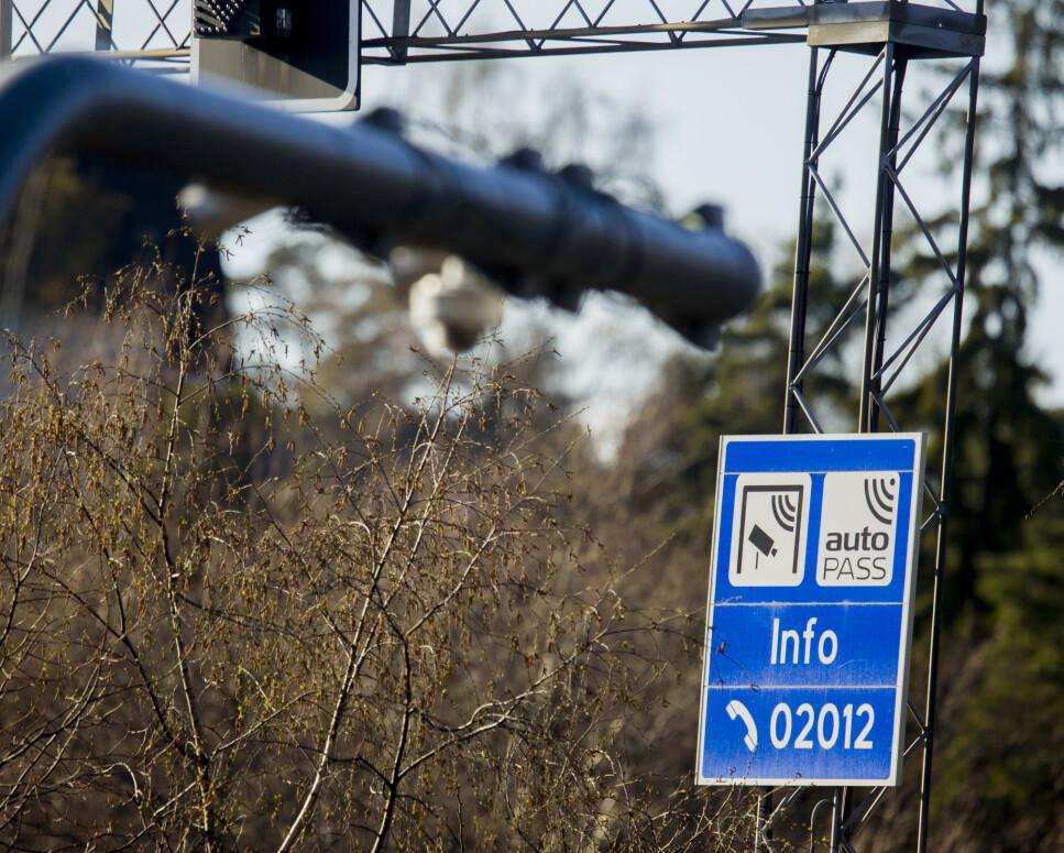 <strong>DOBBEL PRIS:</strong> Fossilbiler kan forvente at de må ut med dobbel pris i bomringen i 2024 dersom det dyreste forslaget for bompengesatser fremover blir vedtatt. Foto: NTB scanpix