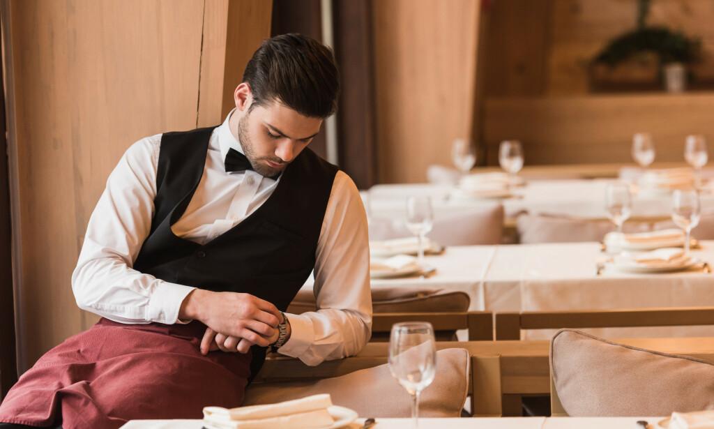 TOMME BORD: Flere bedrifter opplever avbestillinger på grunn av coronaviruset, blant annet restaurant- og hotellbransjen. Det kan føre til permitteringer. Les mer om hva det betyr for deg som ansatt i saken under. Foto: Shutterstock/NTB Scanpix.