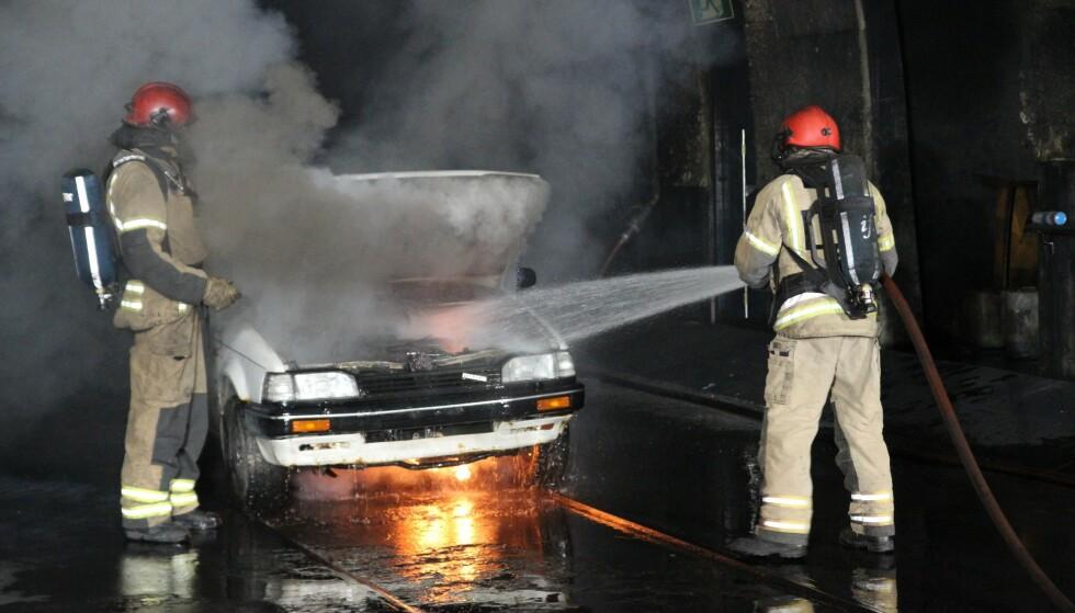 MINDRE RISIKO: Sjansen for at det oppstår brann i en elbil er mindre enn i en diesel- eller bensinbil, slår forskerne i svenske RISE fast. Foto: If