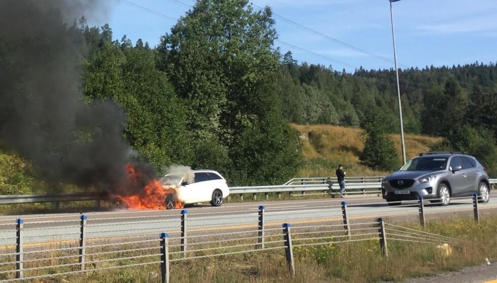 SKYLDES LEKKASJE: Brann i en bil oppstår ofte fordi drivstoff eller andre væsker lekker ut og antennes på varme flater. Det viser seg at eldre dieselbiler er utsatt. Foto: Rune Korsvoll