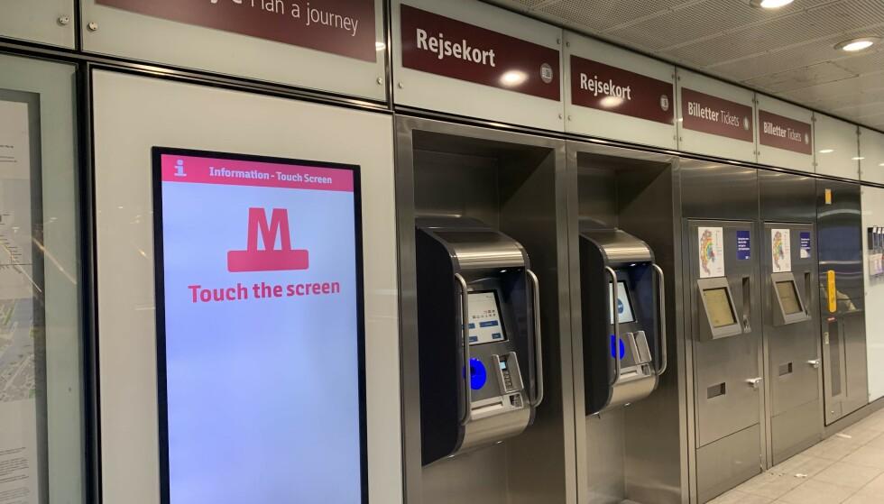TILTAK: Den danske regjeringen innfører tiltak på kollektivtransporten for å forhindre coronasmitte. Her fra en av Metro-stasjonene i København. Foto: Berit B. Njarga