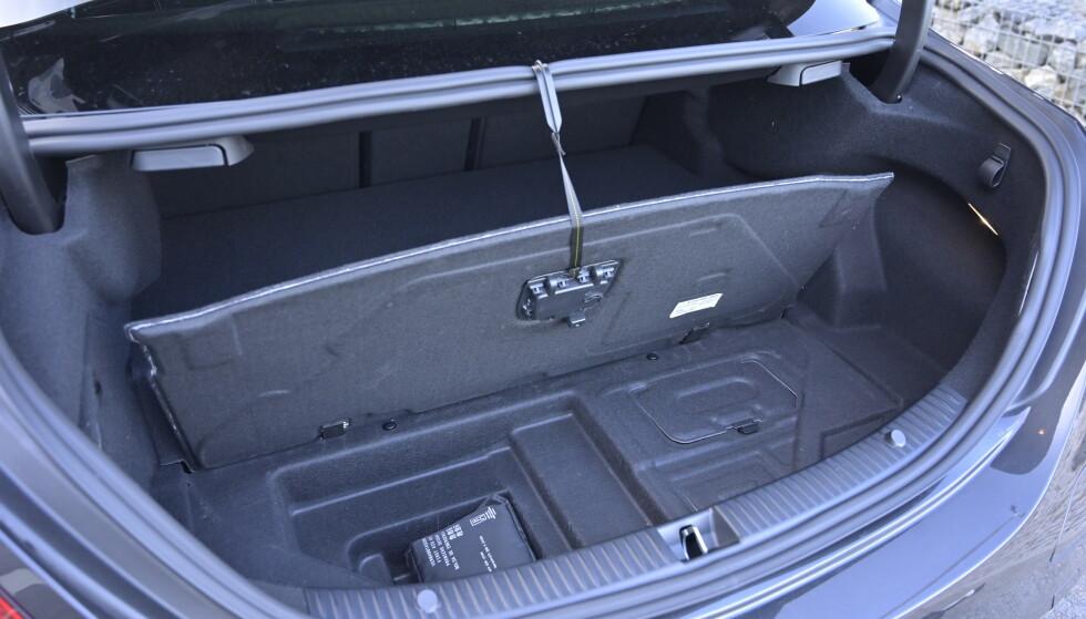 MICRO: Det er ikke mye ekstra plass å finne under det hengslete bagasjeromsgulvet. Foto: Rune M. Nesheim