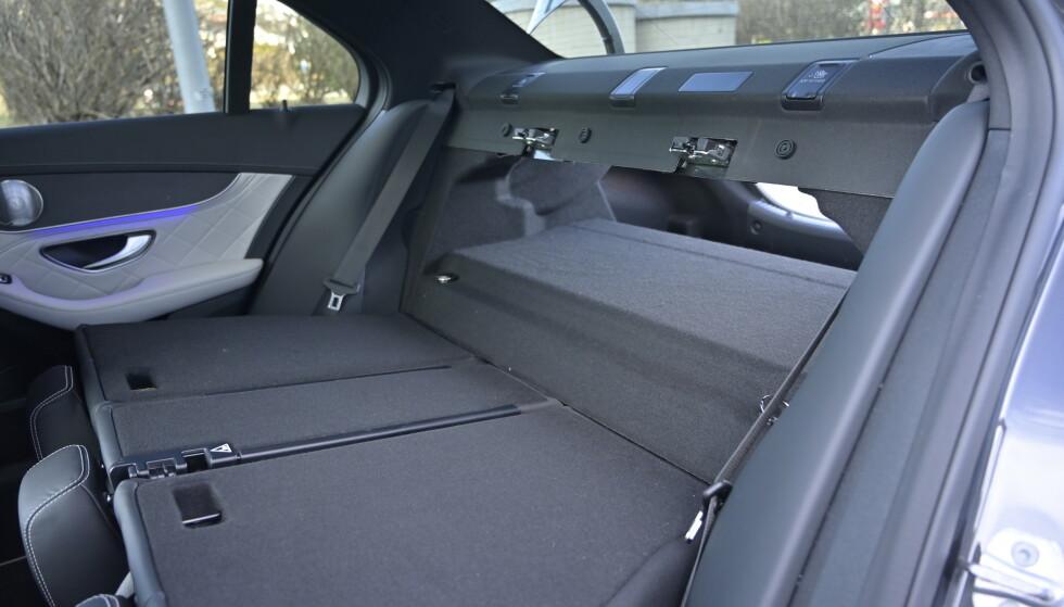 PÅ VIPPEN: Bilen har praktisk delbar rygg med 40/20/40-deling av bagasjerommet. Men det virker nesten litt overkill siden man har den store batteripakka midt i det nedfellbare bagasjerommet. Foto: Rune M. Nesheim