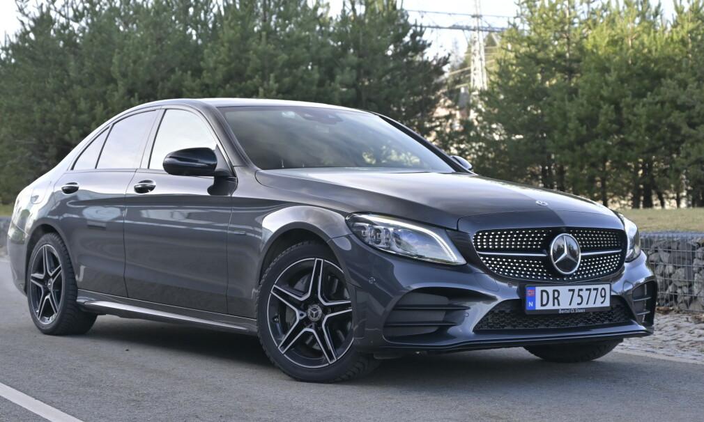 OFFENSIV: Mercedes kjører hybride løsninger i full bredde. C-klasse fås både som mildhybrid og ladbar hybrid med både bensin- og dieselmotor. Vi kjører den eneste ladbare modellen som kan leveres med firehjulstrekk, C 300 e med sedankarosseri. Foto: Rune M. Nesheim