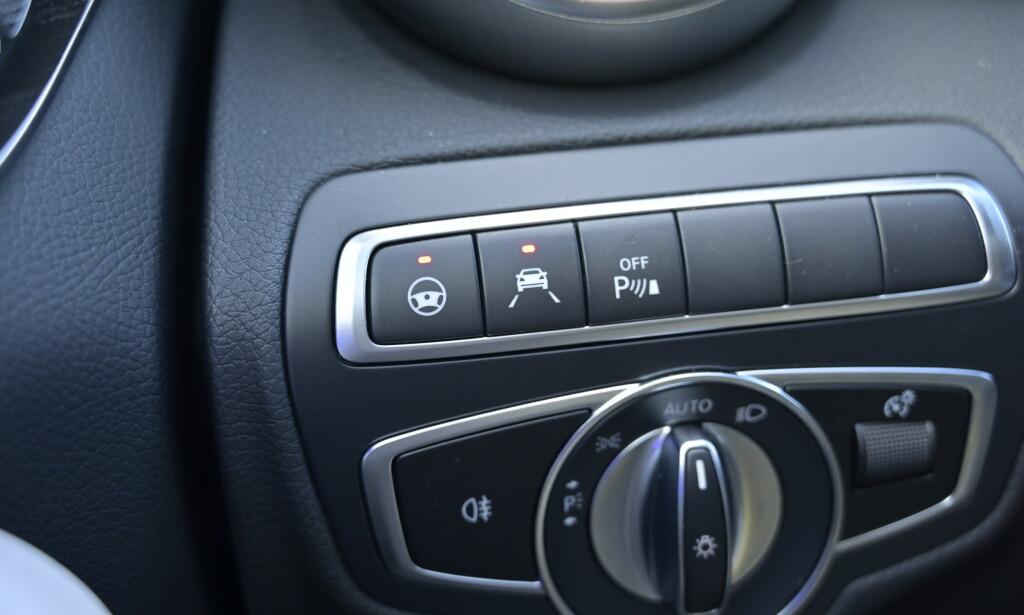 SELVKJØRENDE: Vel ikke helt, men betaler du for disse knappene, får du kjøreassistentakka som holder deg bedre på veien. Foto: Rune M. Nesheim