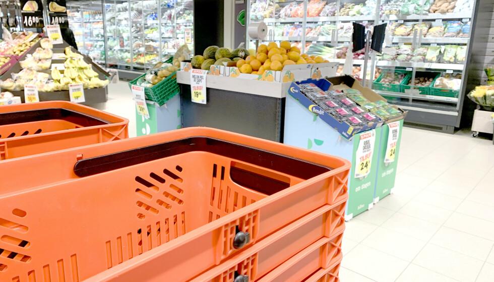 CORONA-TILTAK I BUTIKKEN: Butikkjedene har skjerpet renholdet, som desinfisering og vask av kurver, skjermer, håndtak og smågodthyllene. Det er også slutt på smaksprøver. Foto: Kristin Sørdal