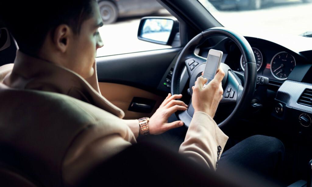 UOPPMERKSOMHET I TRAFIKKEN: Bruk av håndholdt mobiltelefon var den største synderen i TØIs undersøkelse. Foto: Shutterstock