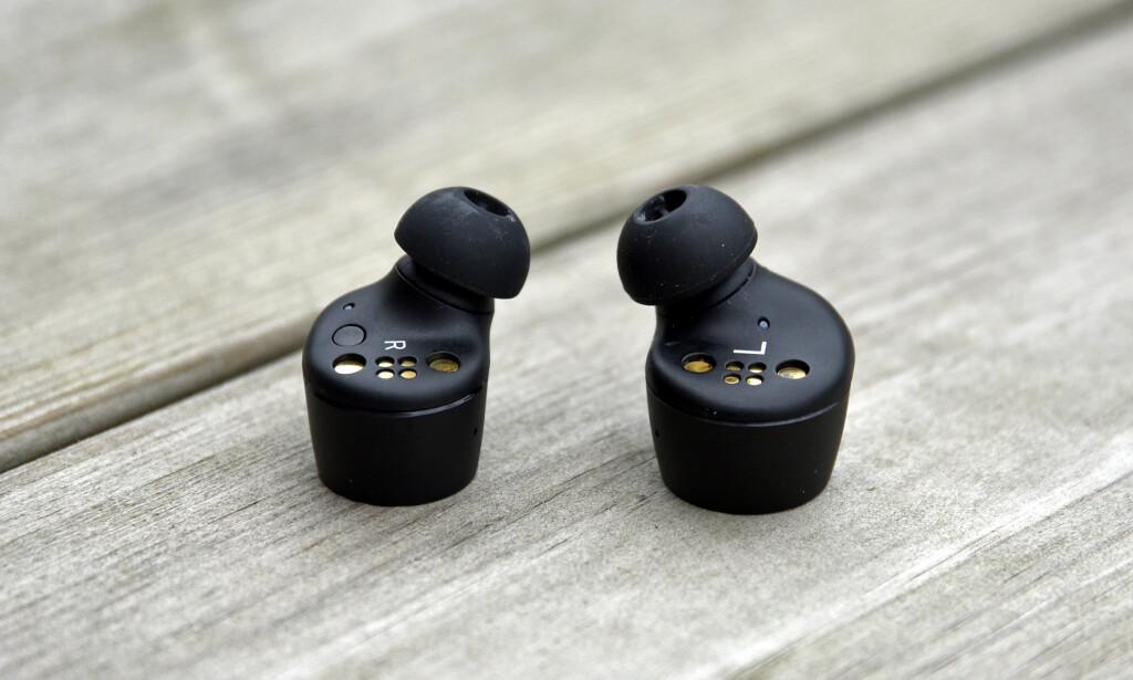 MINDRE: Momentum True Wireless 2-proppene (til venstre) er mindre av størrelse enn sin forgjenger. Foto: Pål Joakim Pollen