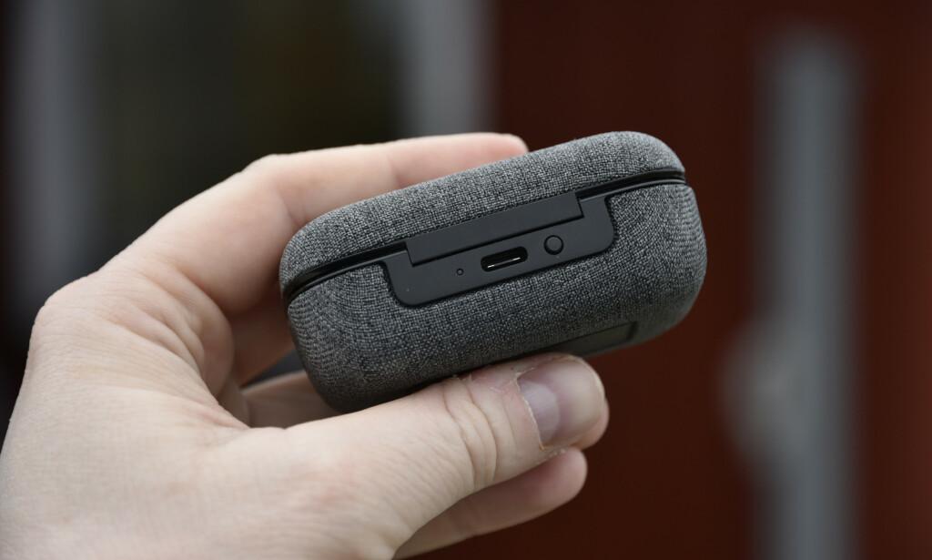 KNAPP: Etuiet har en liten knapp på baksiden som lar deg sjekke gjenstående batteritid, indikert med et flerfarget LED-lys. Foto: Pål Joakim Pollen