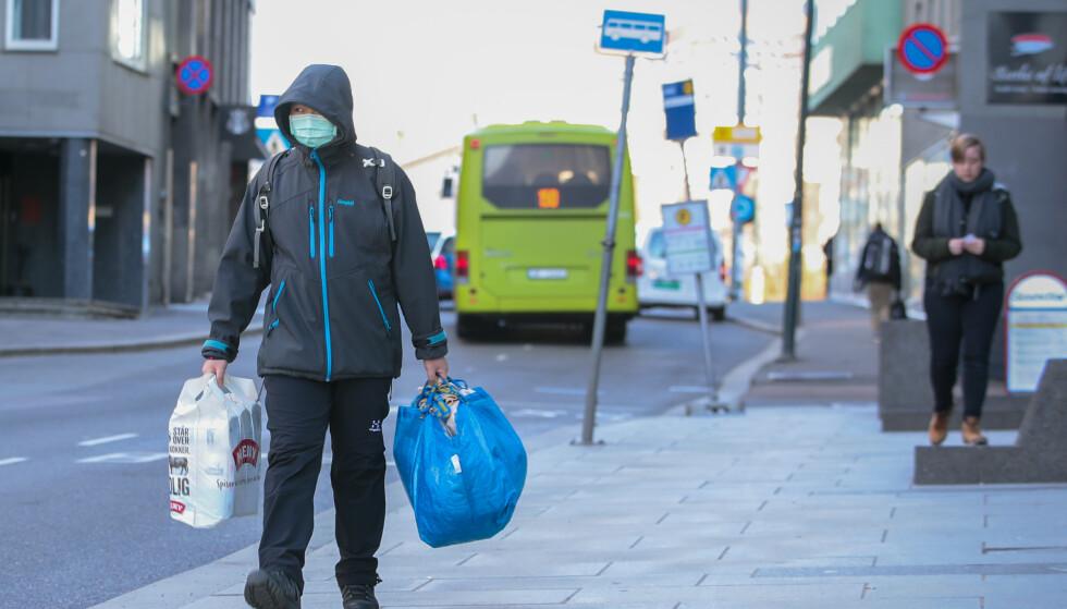 STENGT: Tiltakene for å forhindre spredning av coronaviruset innebærer stengte dører. Butikker og varehandel stenger derimot ikke. Foto: NTB Scanpix