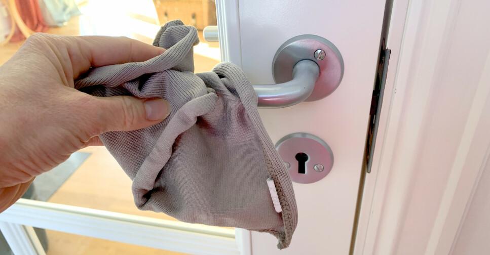 MIKROFIBER ELLER VANLIG SÅPE: Ikke sleng deg i sofaen med jakka på, og vask litt ekstra på steder mange tar på ofte i løpet av dagen, som dørhåndtak, lysbrytere og liknende. Og ja, mikrofiber eller vanlige rengjøringsprodukter skal være godt nok, for mikroorganismer trives ikke på rene overflater. Foto: Kristin Sørdal