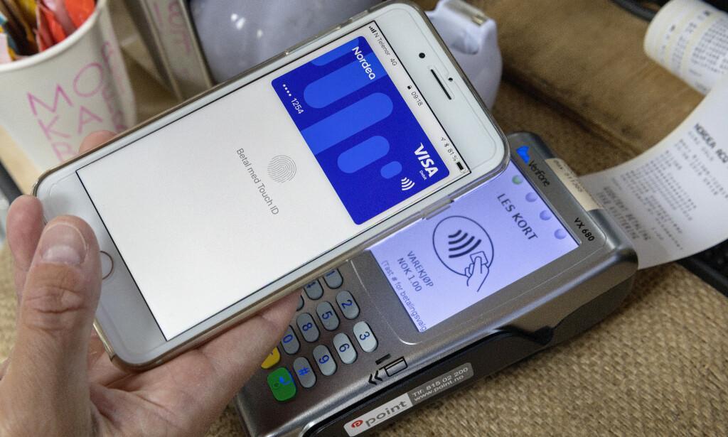 SLIPP TRYKKING: Bruker du Google Pay eller Apple Pay, slipper du å trykke inn PIN-kode på kortterminalen. Foto: Gorm Kallestad/NTB Scanpix