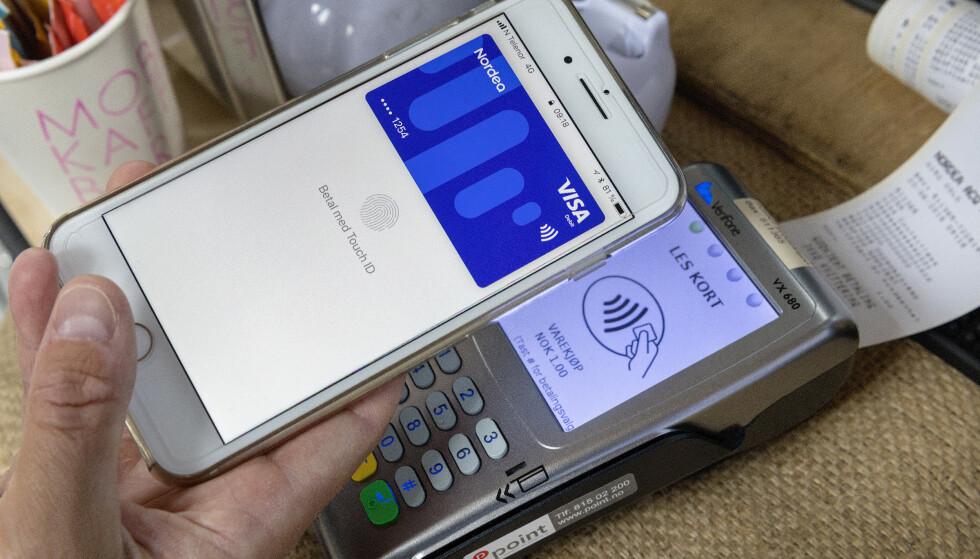 FLERE BETALER MED MOBILEN: Coop melder om at mobilbetaling «tar av» - og Rema sier generelt at tæpping og mobilbetaling er noe stadig flere benytter seg av. Men pass deg for «mobilbetalingsfella» i noen av dagligvarekjedene: Vil du dra nytte av medlemsfordeler, må du scanne medlemskort eller tilsvarende separat, før betaling. Foto: Gorm Kallestad/NTB scanpix
