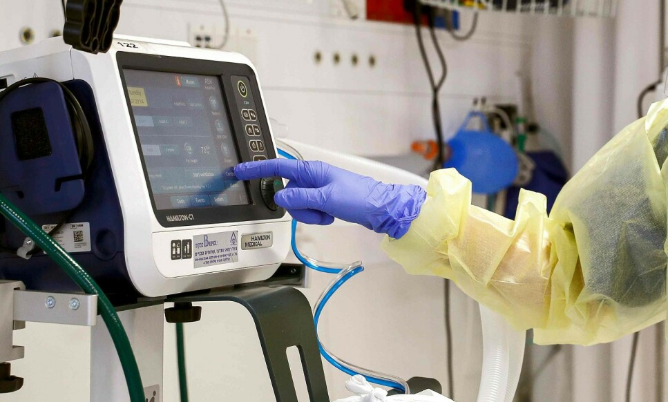 PUSTEHJELP: Sykehus trenger respiratorer og bilprodusenter står uten jobb. Regjernigen i England foreslår storstilt omlegging. Foto: JACK GUEZ / AFP)