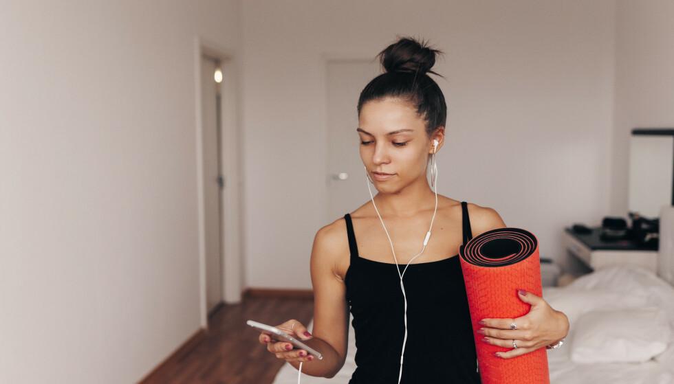TRENE HJEMME: Det trenger ikke å være så vanskelig å få gjennomført det daglige behovet for bevegelighet og trening selv om du har hjemmekontor. Foto: Shutterstock
