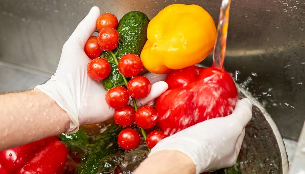 VASK ALT: Ja, du bør vaske alt av frukt og grønt - og det bør du gjøre alltid, ikke kun nå med corona-situasjonen. Foto: Shutterstock/NTB scanpix