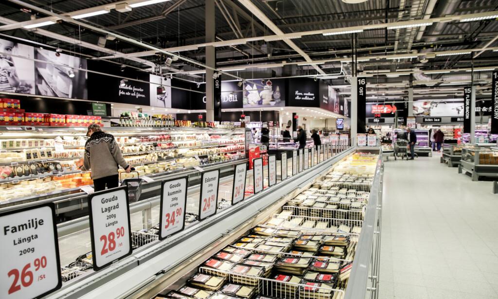 SVENSKEHANDEL: Styrkeforholdet mellom den norske og svenske krona har snudd, og nå er den svenske mer verdt enn den norske. Det betyr at det er mindre å spare på svenskehandelen. Foto: NTB scanpix