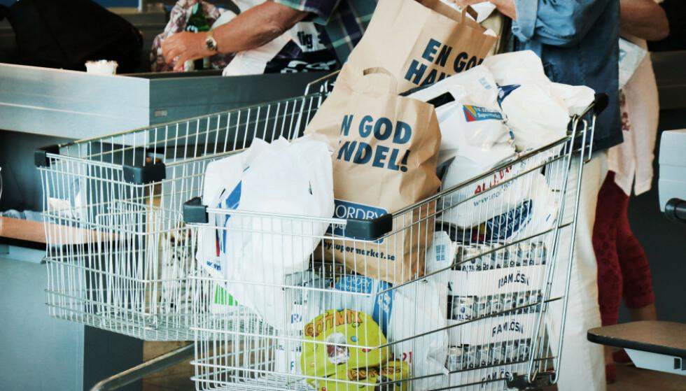 PASS PÅ: Svenske butikker langs grensen tilbyr å levere varer til nordmenn, ifølge Tolletaten og Politidirektoratet, som understreker at dette fører til karantene. Foto: Ole Petter Baugerød Stokke